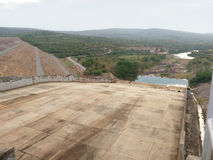 Sikt över utskov från Kwae Noi Dam Arkivfoto