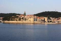 Sikt över vatten som ser in mot en walled stad i Kroatien Royaltyfri Bild