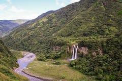 Sikt över vattenfall nära Baños de Agua Jultomten, Ecuador Royaltyfri Bild