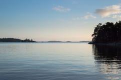 Sikt över vattnet per lugna afton i den Stockholm skärgården Royaltyfria Foton