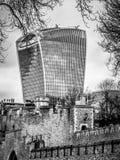 Sikt av ättiksgurkabyggnad och tornet av London väggar Royaltyfri Fotografi