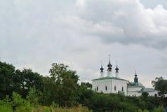Sikt av århundradet för Suzdal Kreml XII Kyrka av tillträdeet in i Jerusalem och kyrka av Antagande-i mitten av Suzdal Arkivbild