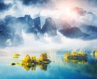 Sikt av öarna och turkosvattnet på Eibsee sjön som är bayersk fotografering för bildbyråer