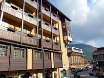 Sikt av öde gator och hotellgator i Madonna di Campig Arkivfoto