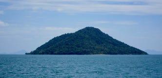 Sikt av ön av Ko Kam, Thailand Arkivbilder