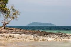 Sikt av ön med en stenig kust med ett träd Phuket Royaltyfria Foton