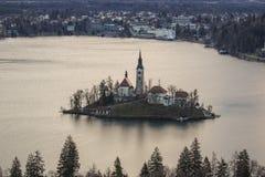 Sikt av ön med kyrkan i den blödde mitt av sjön Royaltyfria Bilder