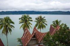 Sikt av ön Samosir på sjön Toba Arkivfoton
