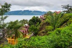Sikt av ön Samosir på sjön Toba Royaltyfria Foton