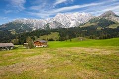 Sikt av österrikiska fjällängar nära Innsbruck i Österrike. Arkivbilder