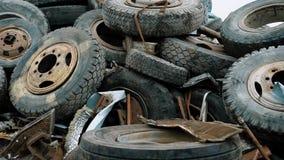 Sikt av överflödet av red ut bilgummihjul som är klara för återanvändning stock video