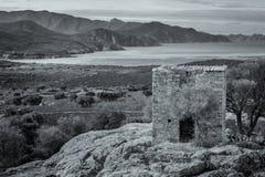 Sikt av övergiven byggnad och kusten nära Galeria i Korsika Arkivbild