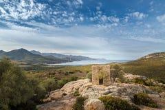 Sikt av övergiven byggnad och kusten nära Galeria i Korsika Royaltyfri Fotografi