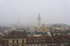 Sikt av övrestaden i dimma, Zagreb, Kroatien arkivbilder