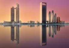Sikt av Abu Dhabi Skyline på soluppgång, UAE royaltyfri foto