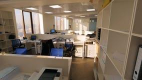 Sikt av affärskontoret med en anställd som sitter på arbete bara Sikt av det stora öppna plankontoret med den hårda arbetaren arkivfoton