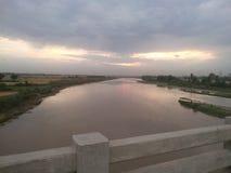 Sikt av aftonen på bron i natur arkivfoto