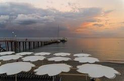 Sikt av aftonsolnedgånghimmel från den tomma stranden arkivbild