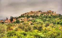 Sikt av akropolen av Aten från den forntida marknadsplatsen Royaltyfria Bilder
