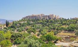 Sikt av akropolen från den forntida marknadsplatsen i Aten Royaltyfri Fotografi
