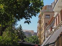 Sikt av akropolen från gatan i Aten Royaltyfri Foto