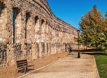 Sikt av akvedukten och en parkera i Merida Royaltyfria Bilder