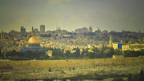 Sikt av al-Aqsamoskén, den gamla staden och den gamla judiska kyrkogården i Jerusalem Royaltyfri Foto