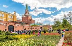 Sikt av Alexander Garden på våren, Moskva Arkivfoton