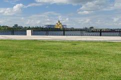 Sikt av Alexander Nevsky Cathedral i Nizhny Novgorod royaltyfri foto