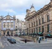 Sikt av Almeidaen Garret Square med den SaoBento järnvägsstationen och den Congregados kyrkan baktill Royaltyfri Foto