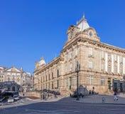 Sikt av Almeidaen Garret Square med den SaoBento järnvägsstationen och den Congregados kyrkan baktill Royaltyfria Bilder