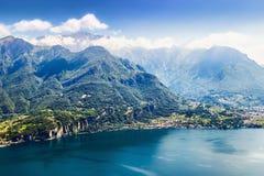 Sikt av alpina berg och Como sjön Royaltyfria Bilder