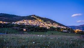 Sikt av Alvito, Ciociaria, vid natt från dalen Arkivfoton