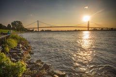 Sikt av ambassadören Bridge som förbinder Windsor, Ontario till Detroit Fotografering för Bildbyråer