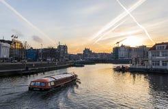 Sikt av Amsterdam kanaler Arkivfoto