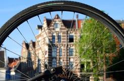 Sikt av Amsterdam till och med cykelhjulet royaltyfria foton