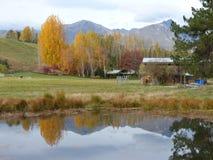 Sikt av anmärkningsvärda berg och dammreflexionen i hösten, Nya Zeeland Fotografering för Bildbyråer