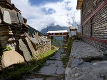 Sikt av Annapurna från den Ghyaru byn royaltyfri foto
