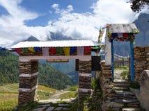 Sikt av Annapurna från den Ghyaru byn arkivbilder