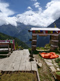 Sikt av Annapurna från den Ghyaru byn arkivbild
