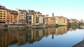 Sikt av Arno flodbroar på Florence arkivfilmer