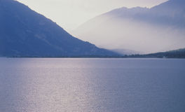 Sikt av aspen och Rocky Mountains från sjön, Colorado royaltyfria foton