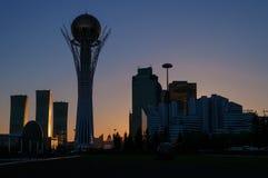 Sikt av Astana den moderna staden på solnedgången royaltyfri fotografi