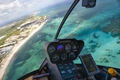 Sikt av Atlanticet Ocean och kusten av Dominikanska republiken från cockpiten av en helikopter royaltyfri bild