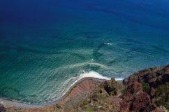 Sikt av Atlanticet Ocean och kustlinjen från den Cabo Girao klippan, Arkivfoton