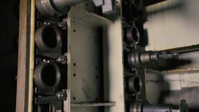 Sikt av att ändra den primära skäraren på maskinen lager videofilmer