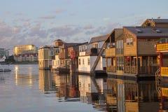 Sikt av att sväva hus i den inre hamnen av Victoria, F. KR., Kanada arkivbilder