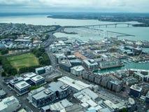 Sikt av Auckland, Nya Zeeland från himmeldäcket av himmeltornet royaltyfria bilder