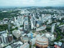 Sikt av Auckland, Nya Zeeland från himmeldäcket av himmeltornet royaltyfria foton
