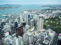 Sikt av Auckland, Nya Zeeland från himmeldäcket av himmeltornet royaltyfri foto